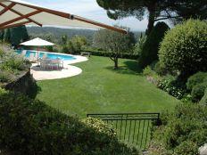 Comfortabel zonnen in ruime tuin met zwembad