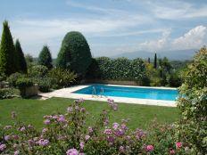 Uitzicht vanaf terras op tuin en zwembad