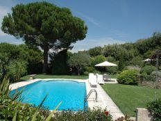 Terras bij zwembad met 6 tuinstoelen en ligstoelen
