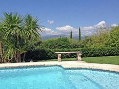 Mooi uitzicht op het zwembad, in de verte Valbonne en Grasse