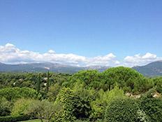 Met tuin en ruim uitzicht op Valbonne en de bergen