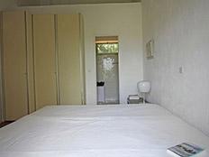 Slaapkamer 2 personen beneden met badkamer