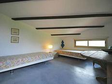 Slaapkamer boven voor 2 personen met betonlook vloer en wijntafel