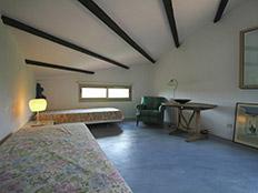 De andere slaapkamer boven voor twee personen met de wijntafel opnieuw